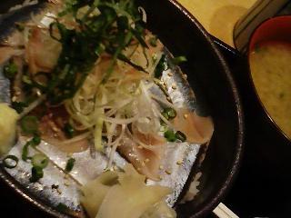 鮪市場・トロ秋刀魚丼